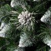Detailní fotka špičatých větviček obarvených na konečcích do běla. Uprostřed fotky mezi větvičkami je krásná borová šiška stříbrné barvy.