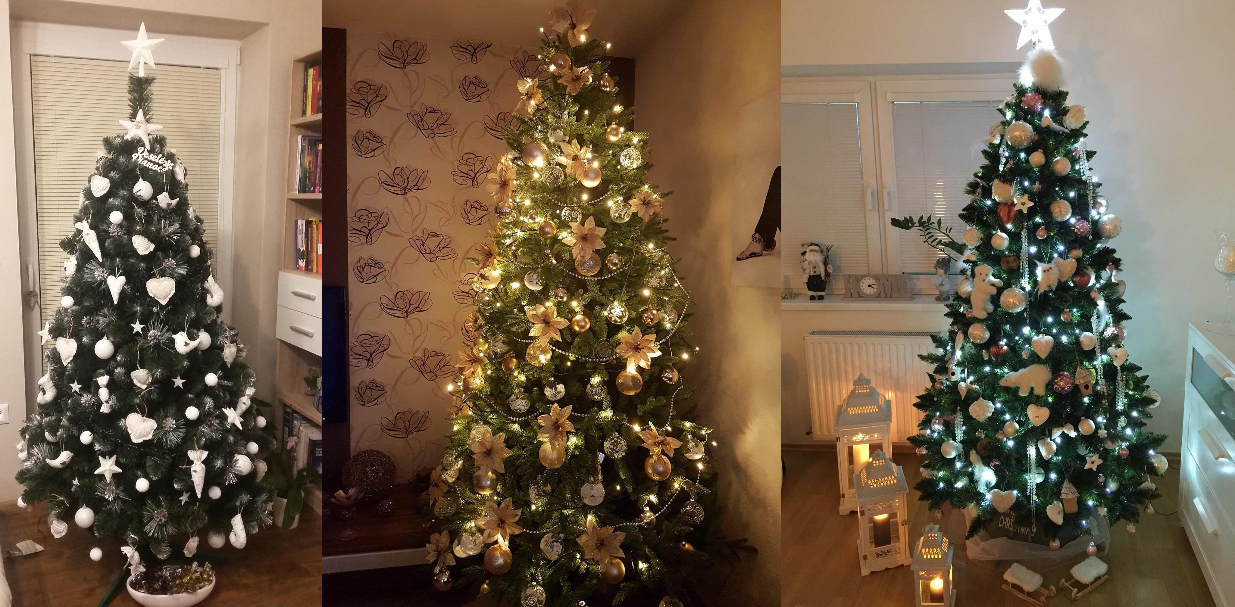 Na fotce su 3 ozdobené vánočně stromky. Z levé strany je do bílá vyzdoben, uprostřed je stromeček vyzdoben do zlata a na pravo je také do bílá vyzdobený umělý vánoční stromek.