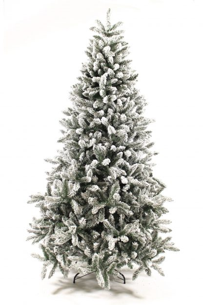 Klasický umělý vánoční stromek kompletně zasněžený umělým sněhem. Stromek je postaven na kovovém stojanu.