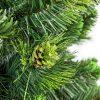 Detailní fotka větviček borovice kvetoucího. Uprostřed obrázku se nachází nazelenalá borová šiška se zelenými třpytkami.