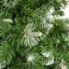 Detail větviček umělého vánočního stromku borovice Stříbrná. Zelené větvičky na koček zbarvené do běla. Uprostřed a na pravé straně obrázku se nachází stříbrný výčnělek.