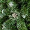 Detail větviček umělého vánočního stromku borovice Stříbrná. Zelené PVC větvičky na koncích zbarvené do běla. Uprostřed obrázku pěkná stříbrná borová šiška.