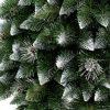 Detailní fotka větviček umělého vánočního stromku Borovice Stříbrná. Větvičky mají špičatý vzhled a na konečcích jsou zbarveny do bílá. Mezi hustě naskládanými větvičkami se nacházejí stříbrné šišky .