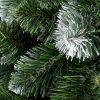 Detailní fotka větviček umělého vánočního stromku Borovice Zasněžená. Konečky větviček jsou zbarveny do bílá a tak dodávají stromku zasněžený efekt.