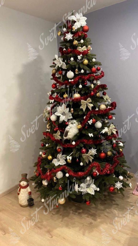 Krásně ozdobený vánoční 3D stromek červenými koulemi a bílými květy.