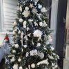 3D stromeček ozdobený bílými vánočními ozdobami