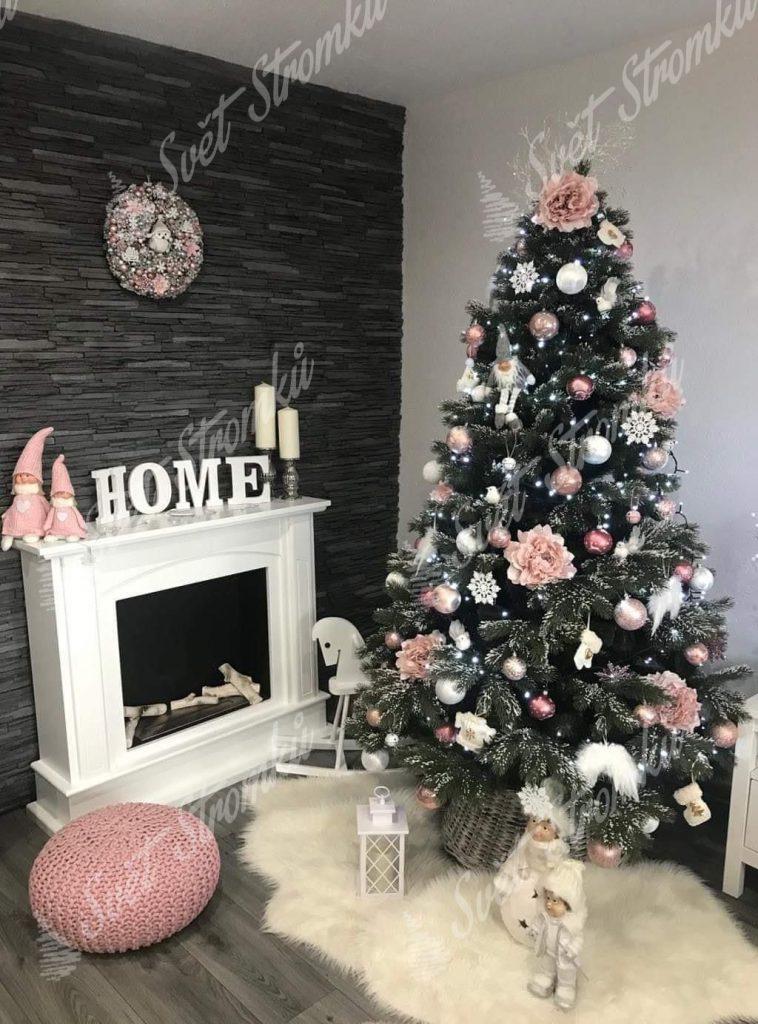 Krásná fotka zasněženého vánočního 3D stromku ozdobeného narůžovělými ozdobami.