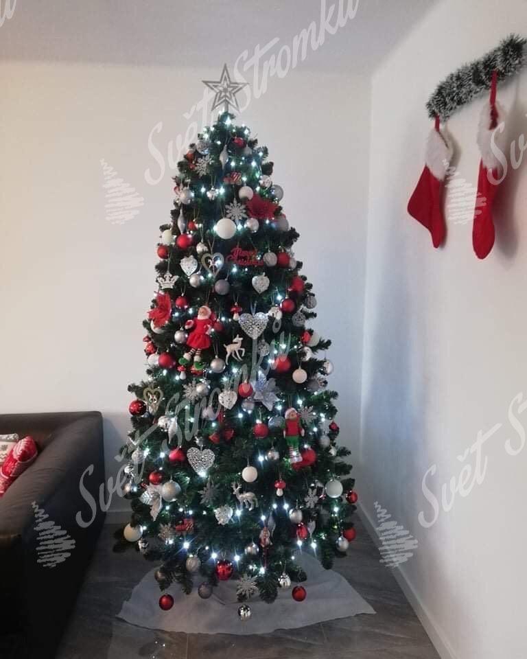 Ozdobený vánoční stromeček Borovice Přírodní 220cm červenými a stříbrnými ozdobami a koulemi.