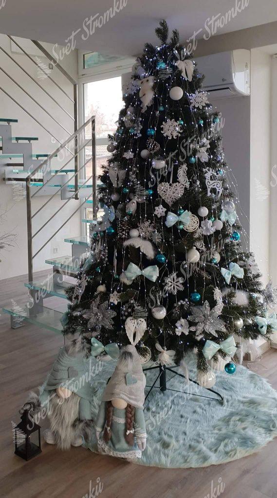 Zasněžený stromeček 3D ozdobený bílými vánočními ozdobami.