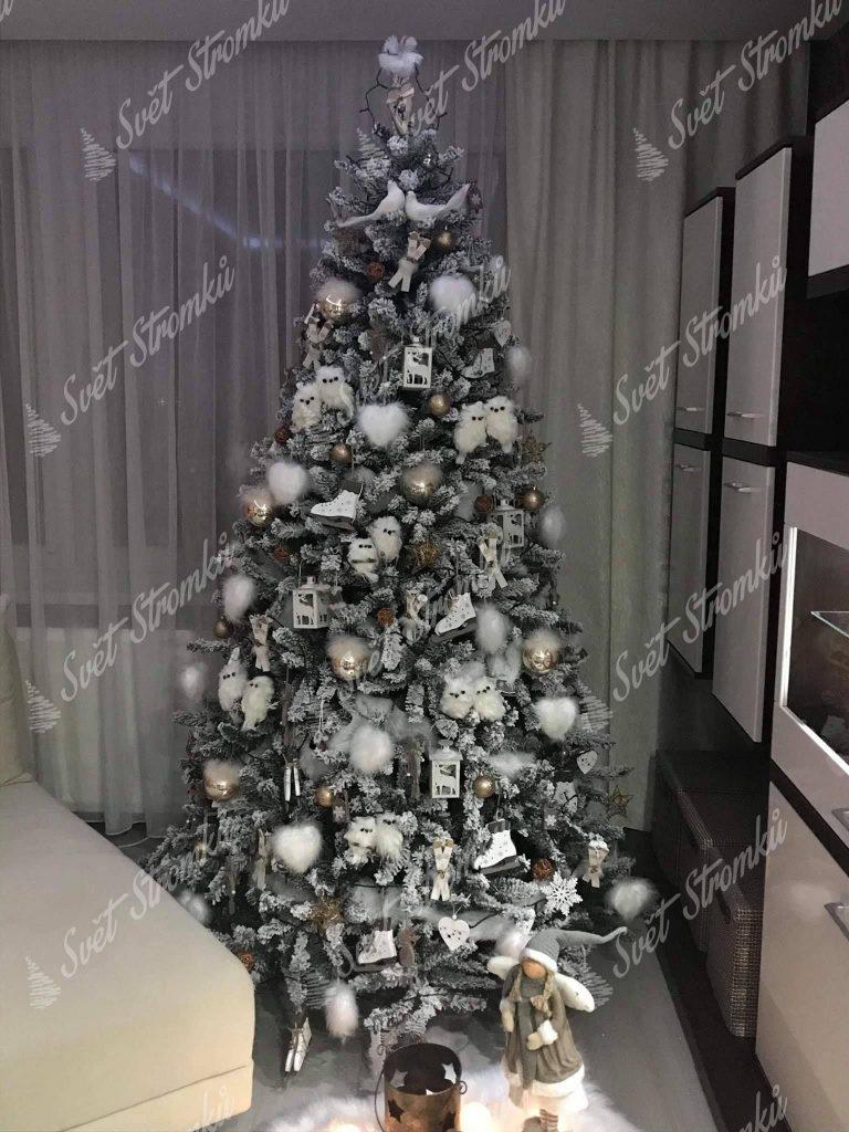Ozdobený bílý vánoční stromeček Smrk Severský bílými ozdobami.