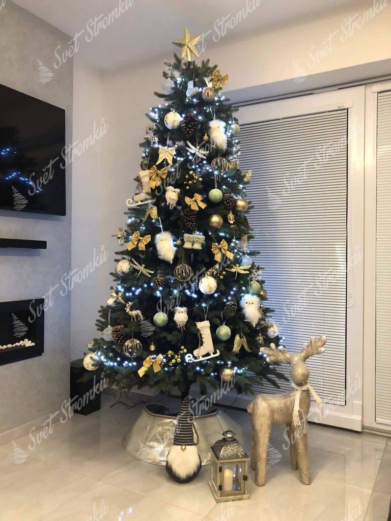 Ozdobený vánoční stromek 3D Jedle Kanadská zlatými máslem a zlatými ozdobami.