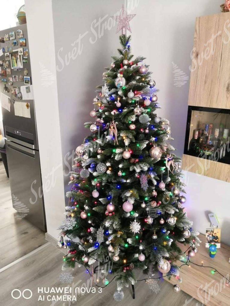 Krásně ozdobený zasněžený vánoční stromek 3D