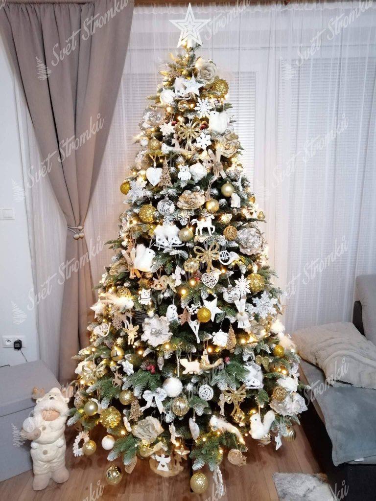 Krásně ozdobený zasněžený vánoční stromeček 3D s bílými vánočními ozdobami.