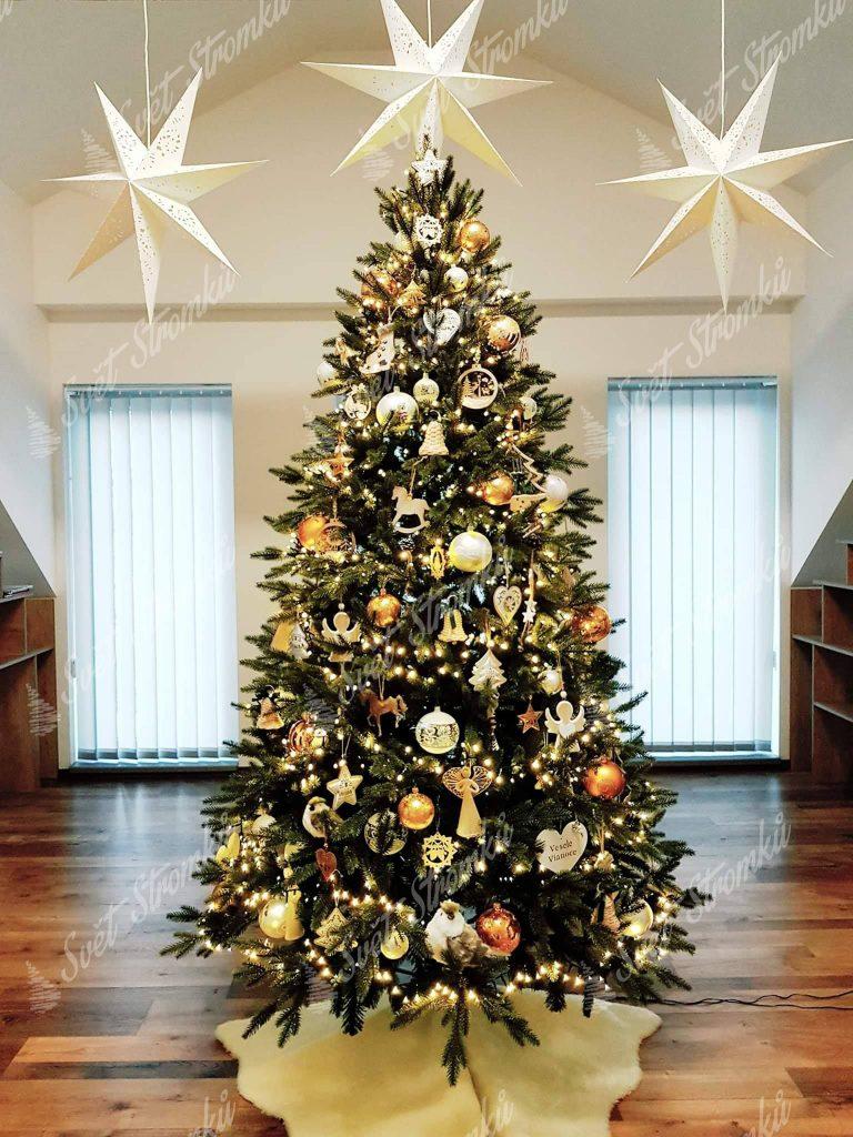 Ozdobený vánoční stromek 3D do zlata.