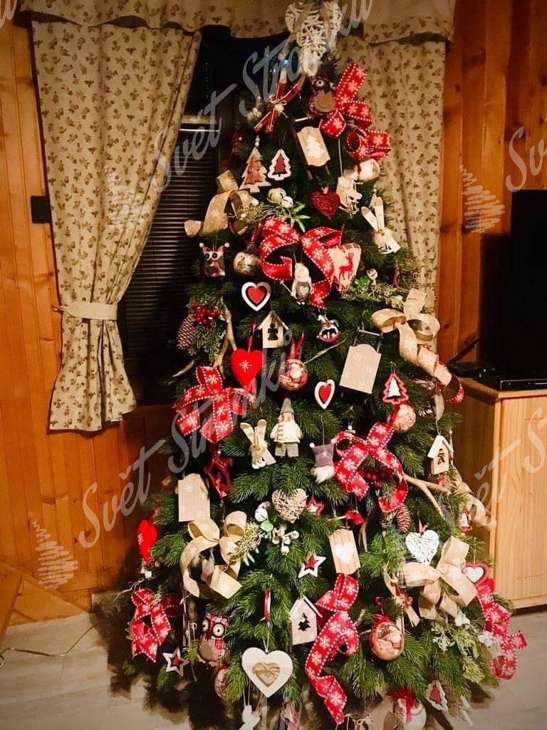 3D stromek zdobený červenými a bílými mašlemi doplněnými o tematické vánoční ozdoby.