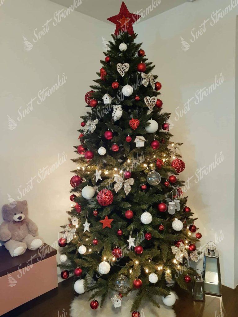 Ozdobený vánoční stromek 250 cm červenými a bílými ozdobami.