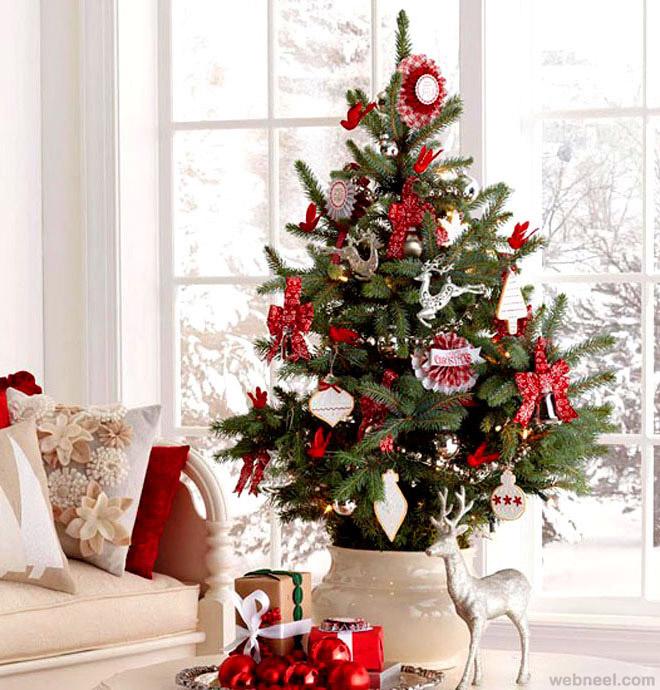 Živý vánoční stromek v květináči ozdobený červeno bílými ozdobami