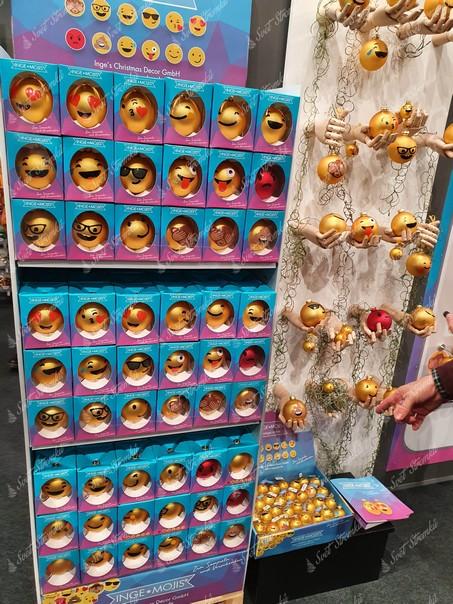 Smajlíkový koule jako vánoční ozdoba na stromeček pro fanoušky sociálních sítí
