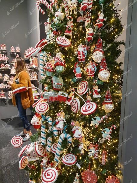 Vánoční ozdoby na stromeček ve tvaru lízátek ověšené a vpichované do vánočního stromku