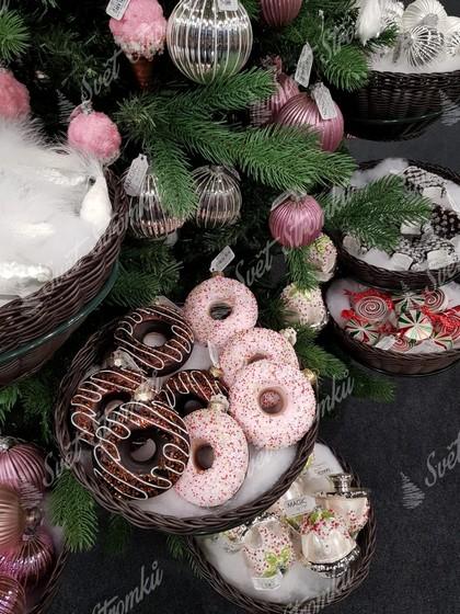 Vánoční dekorace na stromeček ve tvaru koblih s čokoládou