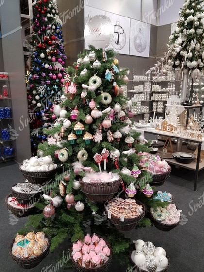 Dekorace na stromeček v podobě zmrlin, muffiny a lízátek.