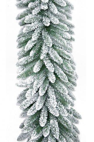 Klasická zelená girlanda pokrytá bílým umělým sněhem.