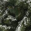 Detailní fotka větviček umělého vánočního stromku 3D Borovice Himalájská Zasněžená. Větvičky jsou pokryty jemnou vrstvou umělého sněhu, který působí velmi autentickým dojmem. Sníh pokrývá 3D větvičky borovice.
