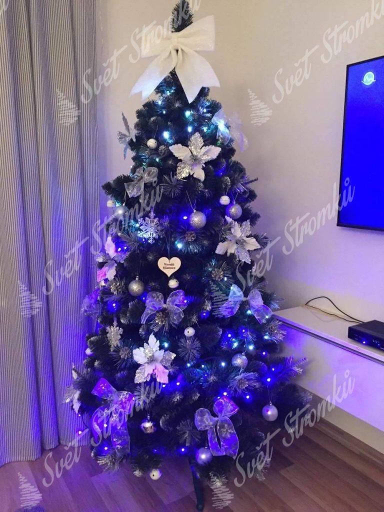 ozdobený umělý vánoční stromek Borovice Stříbrná bílými vánočními květy.