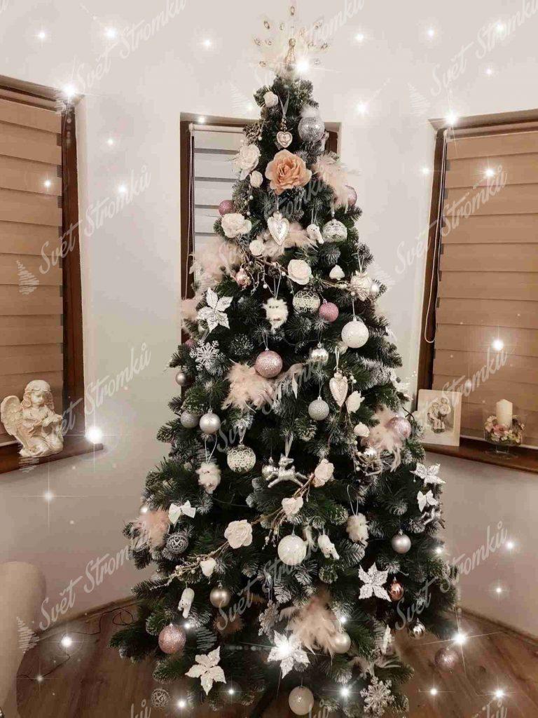Ozdobený umelý vánoční stromek Borovice Střibrná s krystaly ledu 180cm do bílé barvy.