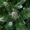 Detailní fotka umělého vánočního stromku Borovice Stříbrná s krystalky ledu. Větvičky mají špičatý tvar a jsou zbarveny do bílá. Uprostřed fotky je do stříbrná zabarvena borová šiška.
