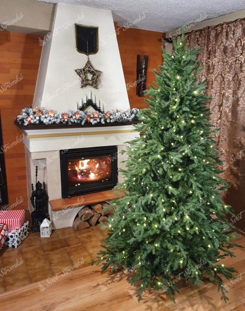 Svítící vánoční stromeček 3D Smrk Horský při rozběhnutém krbu. Celá místnost je vánočně ozdobená.