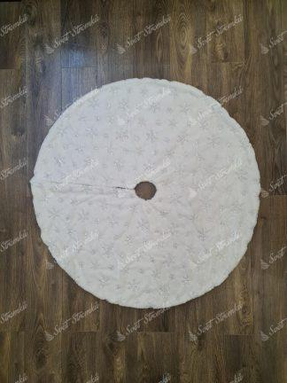 Bílý koberec pod vánoční stromek se stříbrnými vločkami