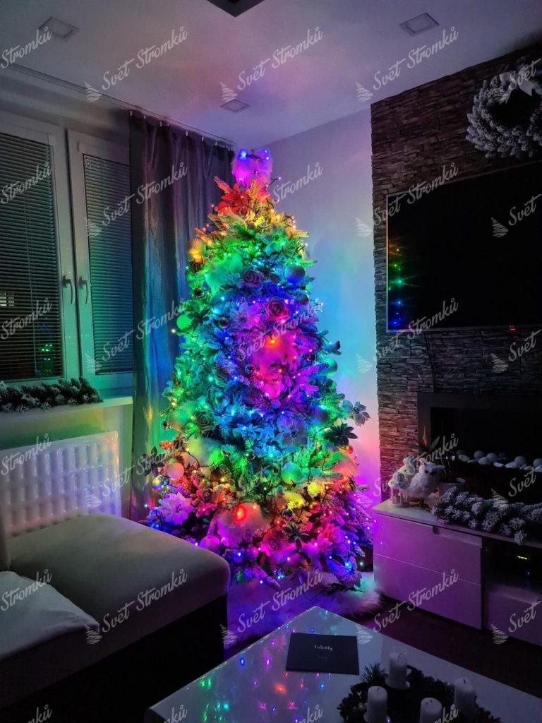 Osvětlení na stromek farebné TWINKLY multicolor strings. Vánoční stromek s rozmanitými farebnými světílkami.