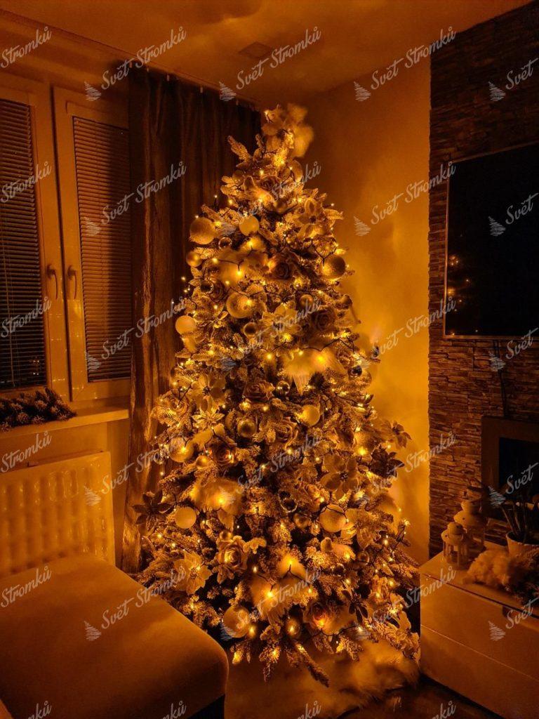 Vánoční osvětlení zlaté TWINKLY strings gold edition. Vánoční stromek se zlatými světílkami.